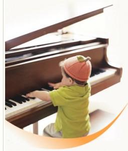 bé chơi đàn piano