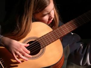 giải đáp thắc mắc cách chọn đàn guitar phù hợp cho học viên